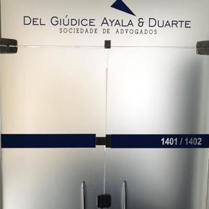Em azul, o nome do escritório de Belo Horizonte/MG se destaca na porta de vidro fosco.