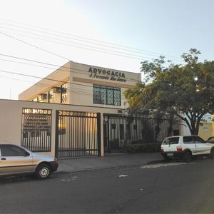 As luzes do por do sol iluminam a fachada da banca de Ribeirão Preto/SP.