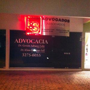 Na noite de Jaraguá do Sul/SC, a placa de aço escovado e com luz de led chama atenção para a fachada do escritório.