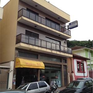 No segundo andar do pequeno prédio da turística Serra Negra/SP, a placa suspensa mostra que ali há presença de advogados.