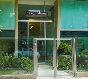 As vidraças do escritório deixam aparente o belo jardim na entrada da banca de Goiânia/GO.