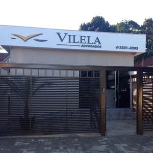 Grades horizontais fecham a entrada do escritório de Presidente Epitácio/SP.