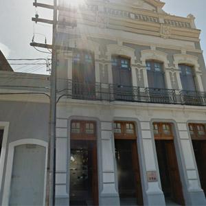 Os raios de sol iluminam o antigo e clássico casarão do escritório de Recife/PE.