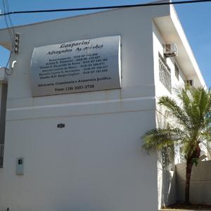 O céu azul e a palmeira ao lado escritório da interiorana Lucélia/SP dão um toque mais descontraído ao ambiente.