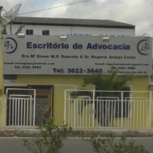 As grades brancas fecham a entrada do escritório da industrial Camaçari/BA.