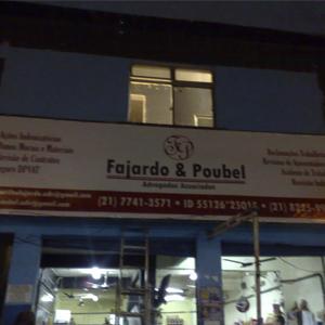 Situado na comunidade da Vila do João, no Rio de Janeiro/RJ, o escritório divide o prédio com um estabelecimento comercial.