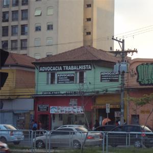 Das janelas do escritório localizado em sobrado de construção antiga, vê-se o movimentado trânsito da capital paulista, São Paulo.