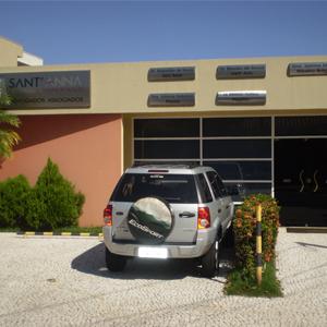 Os canteiros floridos recepcionam os clientes que chegam à banca de Barretos/SP.