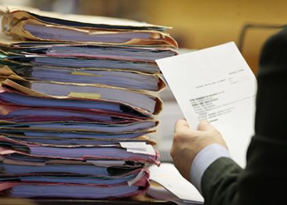 Juiz determina busca e apreensão de autos para garantir direito de advogados