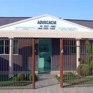 O bem cuidado jardim realça a fachada do escritório de Três Lagoas/MS.