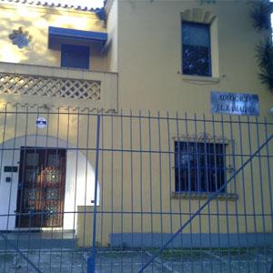 A construção parece antiga, mas contornos diferenciados nas janelas conferem elegância à banca de São Paulo/SP.