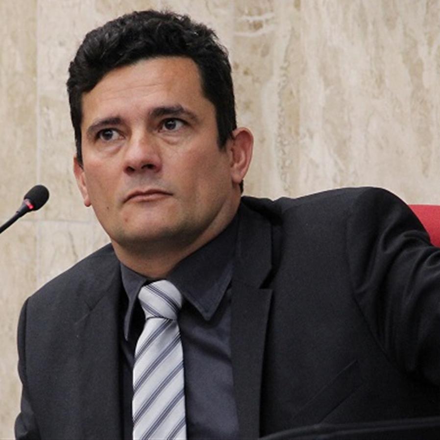 Moro e André Mendonça batem boca no Twitter após críticas a Bolsonaro