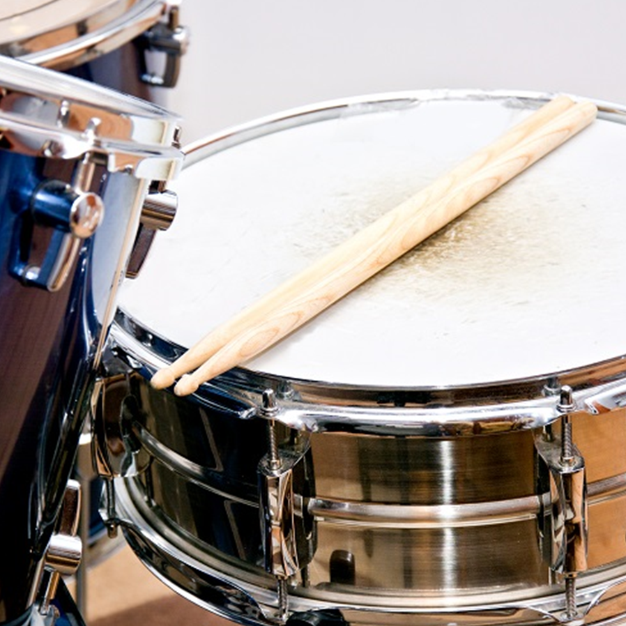 Pai indenizará vizinho por filho tocar bateria frequentemente em apartamento
