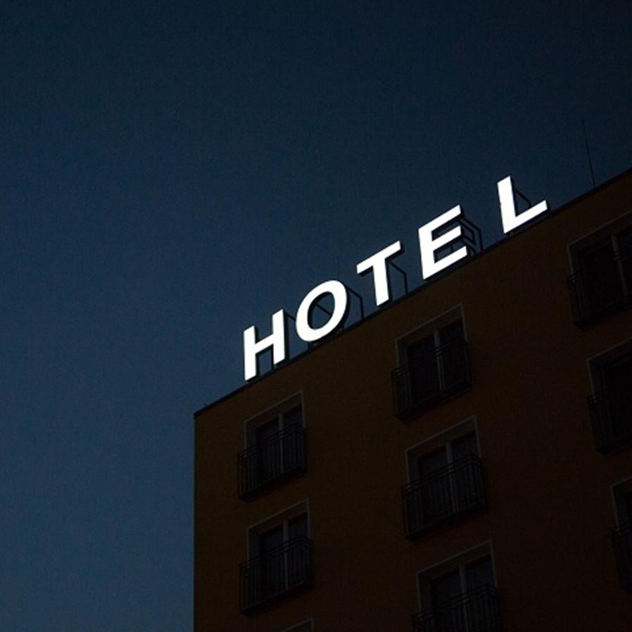 Agências devem indenizar viajantes por hotel sujo e mofado em Orlando