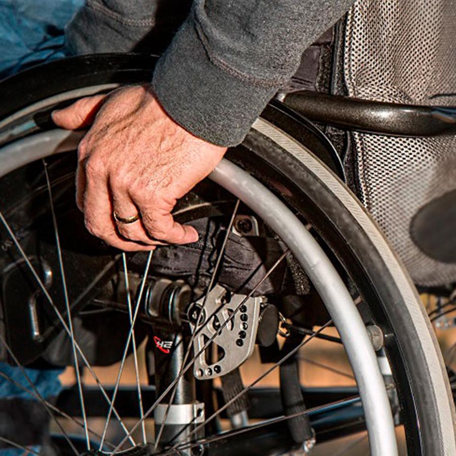 Justiça condena empresa por não entregar cadeira de rodas a comprador