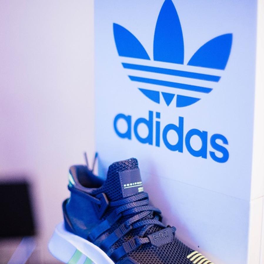 Adidas é multada por erro em oferta divulgada na Black Friday