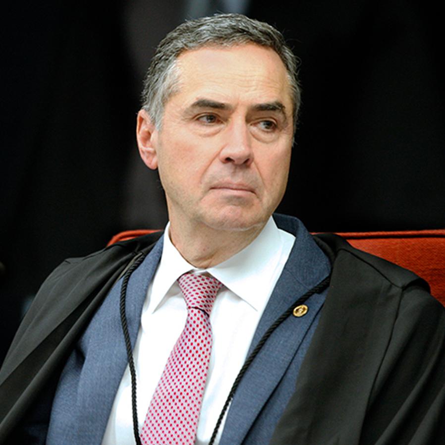 """""""Ditaduras vêm com intolerância"""", explica Barroso a novas gerações"""