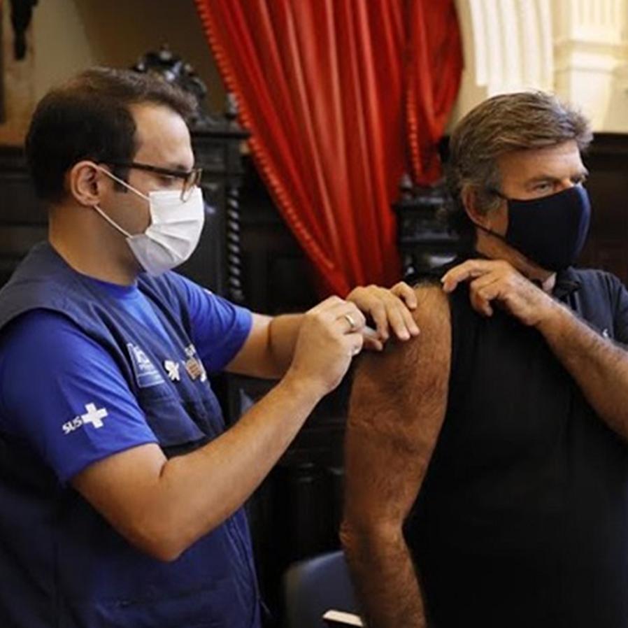 """Fux toma primeira dose da vacina contra covid-19: """"Sim à ciência"""""""