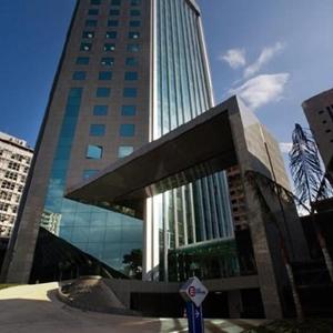 O edifício espelhado reflete a bela paisagem do entorno.
