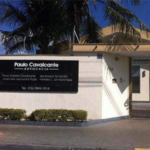 Frondosas palmeiras adornam a fachada do escritório da quente Ribeirão Preto/SP.