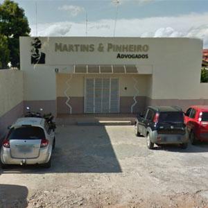 A imagem da deusa Thêmis chama atenção na fachada do escritório de Rio Branco/AC.