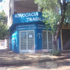 No escritório da canavieira Pontal/SP, as letras em branco realçam a fachada toda azul.