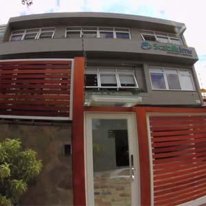 Estrados de madeira fecham a entrada do escritório da capital gaúcha Porto Alegre.