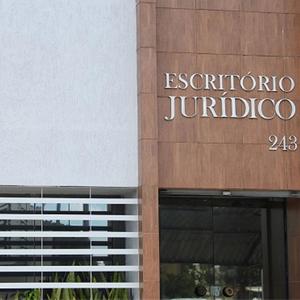 As linhas horizontais somadas ao revestimento amadeirado dão um ar imponente à fachada da banca de Maceió/AL.