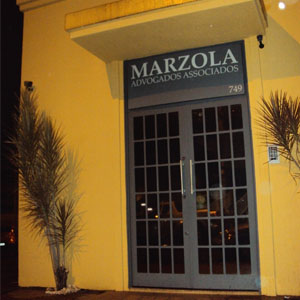 A luz amarela refletida na fachada da banca de Ribeirão Preto/SP garante ao ambiente um clima aconchegante.
