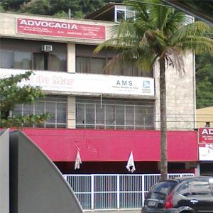 O coqueiro na frente do escritório do Guarujá/SP simboliza bem a região litorânea.