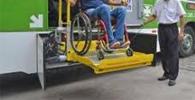 Usuário de muletas que foi impedido de usar plataforma elevatória em ônibus será indenizado