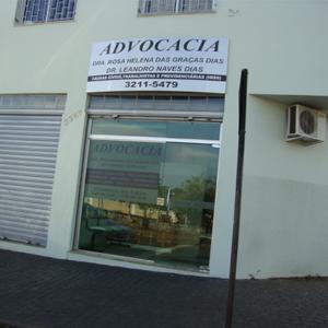 Bem localizado, o escritório da populosa cidade mineira Uberlândia conta ainda com uma grande placa metalizada informativa em sua fachada.