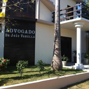 Com detalhes em madeira, o grande escritório de Matupá/MT se destaca pelo diversificado jardim : vários tipos de plantas e suas altas palmeiras.