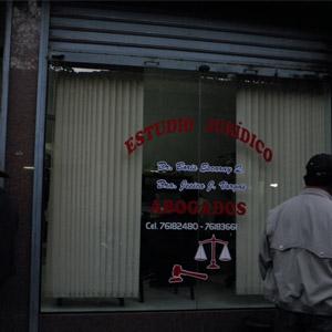 Persianas protegem o interior da banca de Tarija/Bolívia.