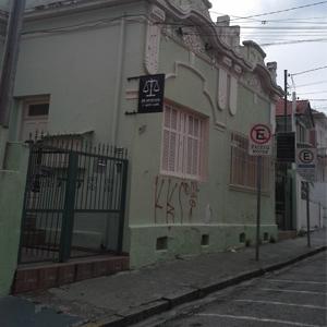 Resistindo ao tempo, o beiral, característica de construção antiga, é marcante no escritório de Jundiaí/SP.