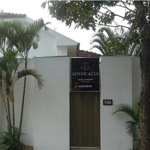 Localizado no centro da mineira Uberaba, o escritório é fechado por altos muros tornando a fachada imponente.