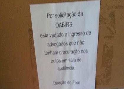 Juíza do RS retira cartaz restringindo acesso de advogados a salas de audiência