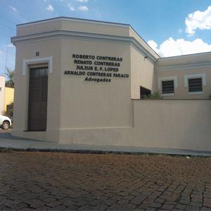 Faixas brancas decoram a parte superior da porta e janelas do escritório de Mococa/SP.