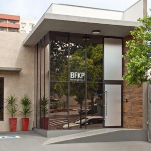 A imponente fachada de Presidente Prudente/SP apresenta traços contemporâneos e materiais diferenciados.