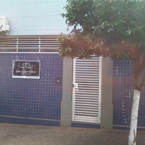 No movimentado centro de Bauru/SP, os tons azulados conferem serenidade à fachada do escritório da cidade sem limites.