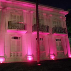 """Em São Paulo/SP, o escritório em apoio à campanha """"Outubro Rosa"""" na luta contra o câncer de mama iluminou a sua sede com luzes cor de rosa."""
