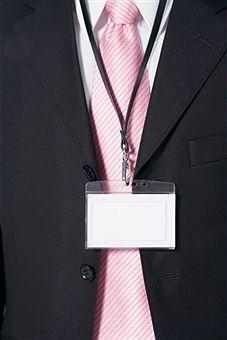 Empresa indenizará ex-empregado por não dar baixa em crachá