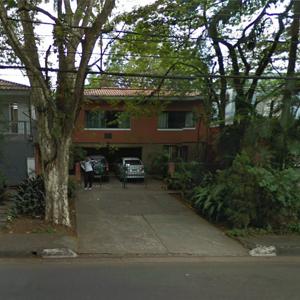 Na movimentada avenida Rebouças, em São Paulo/SP, o escritório é acolhido por grandes árvores.