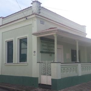 Colunas na varanda do escritório de Guaratinguetá/SP evidenciam o estilo clássico da banca.