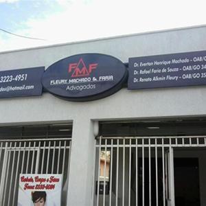 Na placa do escritório de Goiânia/GO, as iniciais dos sobrenomes dos advogados formam o logotipo da banca.