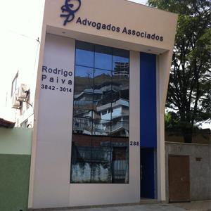 O prédio alto e moderno, harmoniosamente revestido em alumínio e vidro, é sede do escritório de Coronel Fabriciano/MG, mais conhecida como Vale do Aço.
