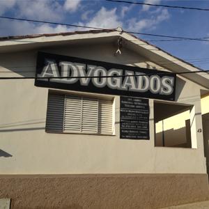 Na terra do vinho, Andradas/MG, o escritório situa-se em uma casa antiga com alpendre.