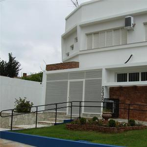 No grande escritório de Bebedouro/SP, o destaque fica por conta do jardim circulado de pedras.
