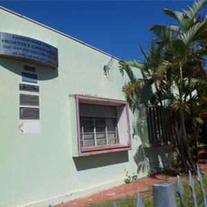 Dispostas na parede da fachada, as pequenas placas indicam a presença de vários advogados atuando no prédio de Pompéia/SP.