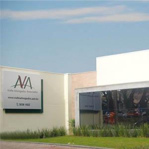 Com alguns recortes na fachada, o escritório de Cascavel/PR se destaca pela arquitetura moderna.